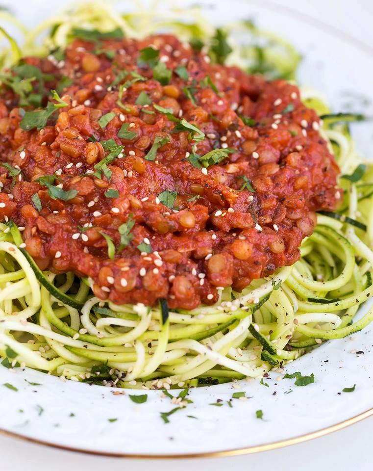 Zucchininudeln mit Tomaten-Linsen-Soße