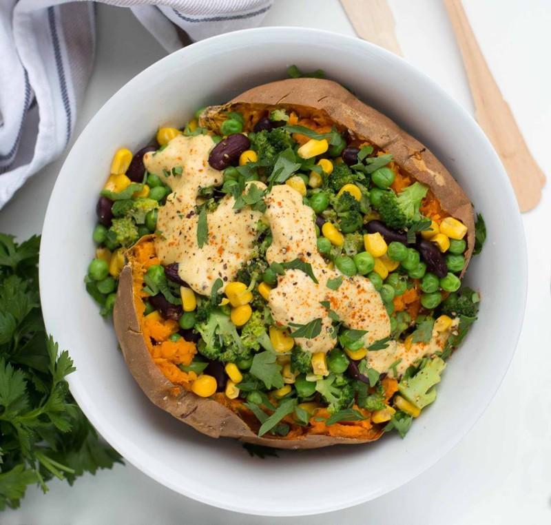 Vegane Rezept für Gemüse Dressing   Den fertigen Salat mit Sonnenblumenkerne bestreuen
