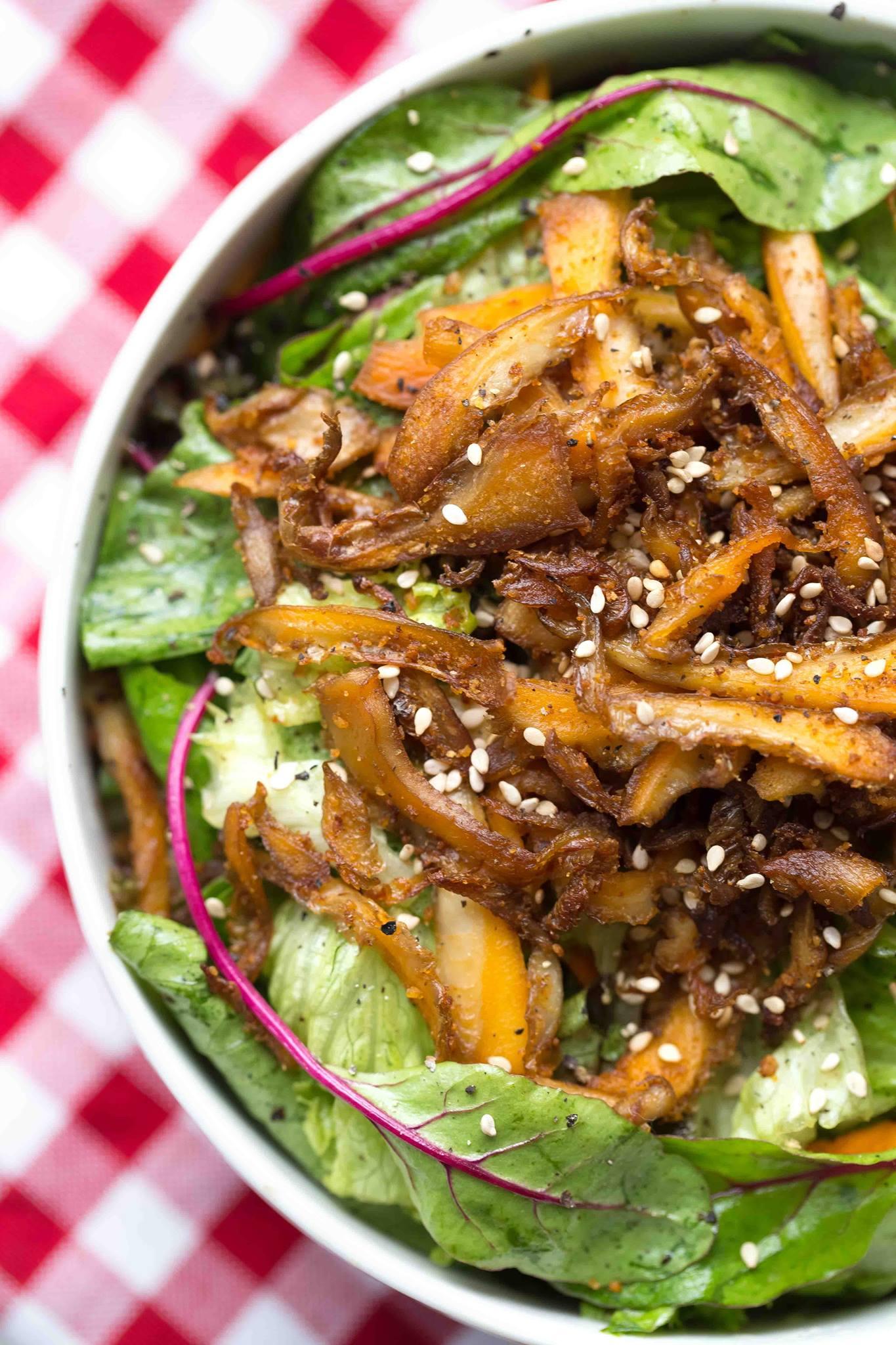 Gemischter Salat mit gebratenen Austernpilzen